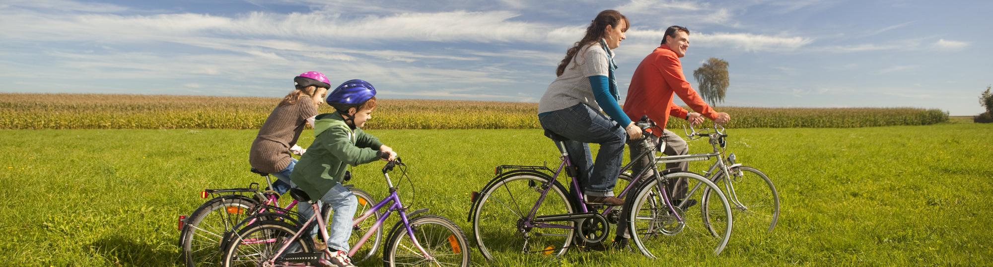 Familie mit Fahrrad unterwegs