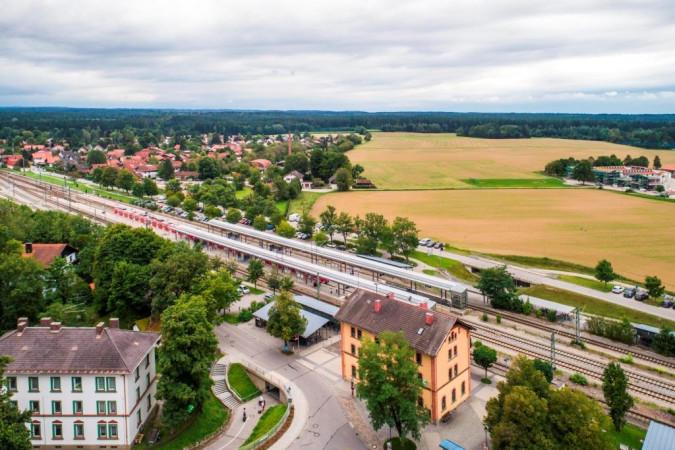 Luftbild des Schulcampusareals vom Bahnhof Deisenhofen in Richtung Grundschule Deisenhofen