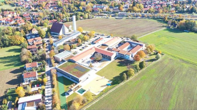 Luftbild des Schulcampusareal von der Grundschule Deisenhofen in Richtung Bahnhof Deisenhofen